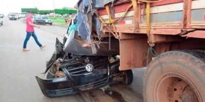NOVA BRASILÂNDIA: Vídeo mostra caminhão arrastando carro ladeira abaixo