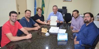 ROLIM DE MOURA: Prefeito entrega escritura pública do terreno doado para ONG Mulheres de...