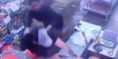 VÍDEO: Homem tenta atirar mais de cinco vezes contra esposa, e arma falha