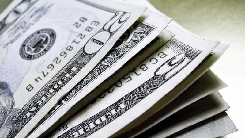 Dólar fecha no menor nível em três semanas