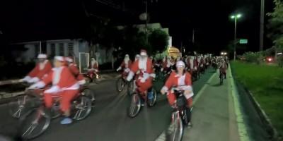 Mais de 300 papais noéis ganham as ruas em bicicletas em cidade no interior de SP