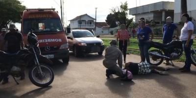 Motocicleta colide com carro ao sair do Posto de Saúde em Rolim de Moura
