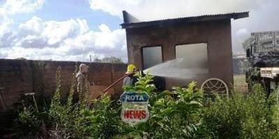 Homem coloca tenta matar marimbondo com fogo e acaba incendiando sua casa em Vilhena