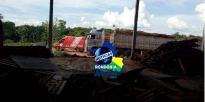 Desabamento de madeiras de carreta mata trabalhador em Ji-Paraná
