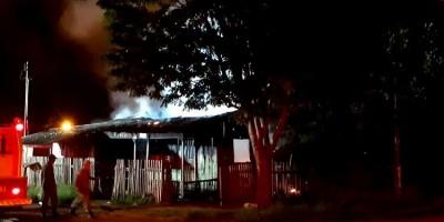 Local onde homem foi assassinado com tiro na cabeça é incendiado em Vilhena