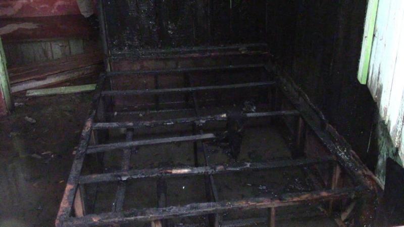 Suspeitos jogam gasolina e botam fogo em residência em Rolim de Moura