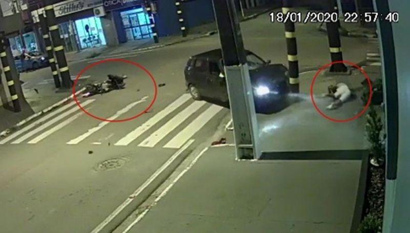 Câmeras registram motociclista bater violentamente em carro em Presidente Médici; veja o vídeo