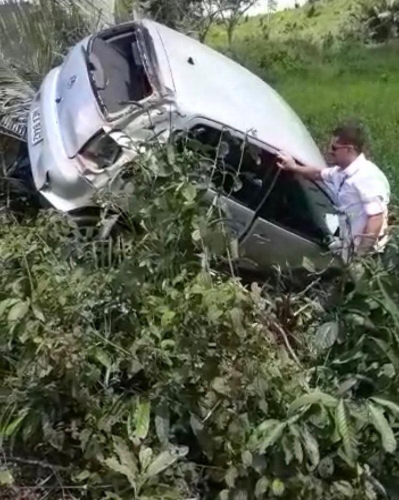 Condutora perde controle de veículo e cai em ribanceira ao bater em buraco na BR-364 em Jaru