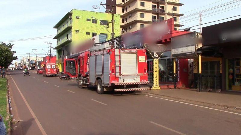 Corpo de Bombeiros controla incêndio em loja no centro de Rolim de Moura