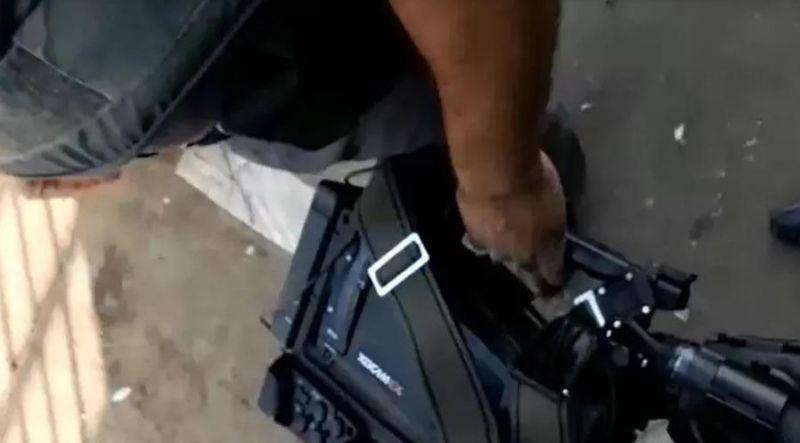 Equipe de reportagem é agredida por mulher surtada próxima a Delegacia em Cacoal