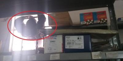 Imagens Fortes: Ladrão morre pendurado em janela após tentar roubar oficina mecânica...