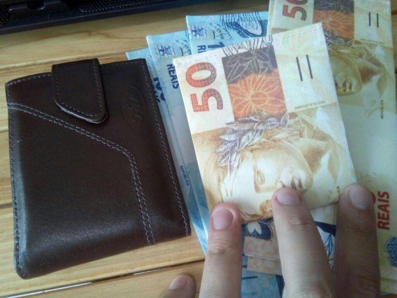 Mulher que está com marido desempregado, encontra carteira com mais de 1 mil reais e devolve ao dono