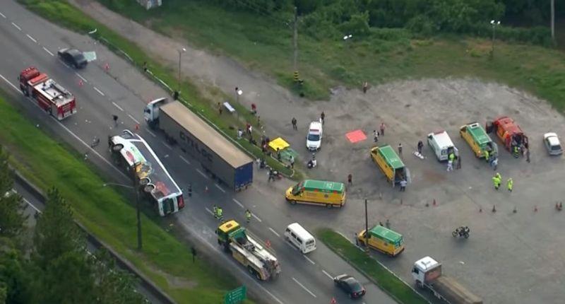 Ônibus da Eucatur tomba e deixa pelo menos 15 feridos na grande SP; veja o vídeo