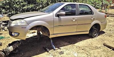 Polícia flagra dois suspeitos em desmanche de carro roubado no meio da rua em Porto Velho