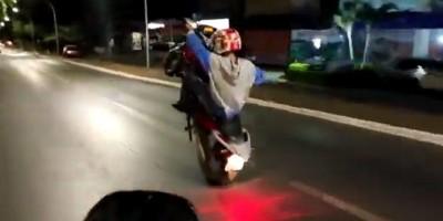 Rapaz bêbado e sem capacete resolve empinar moto em frente à polícia em Vilhena