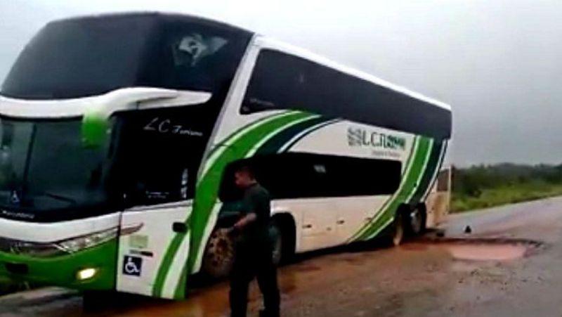 Ônibus fica preso em buraco na BR-364 entre Porto Velho e Rio Branco