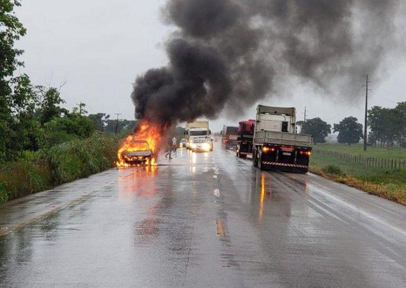 Veículo com casal de Jaru pega fogo durante viagem para o Acre na BR-364