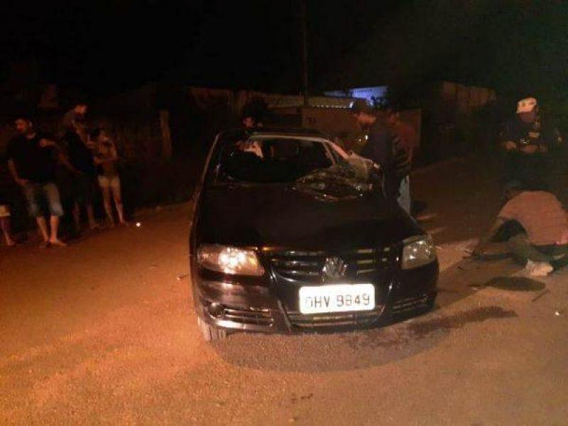 Veículo atravessa preferencial, colide em carro e capota na pista em Vilhena