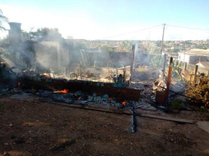 Casa é totalmente destruída por incêndio em Colorado, RO; veja o vídeo