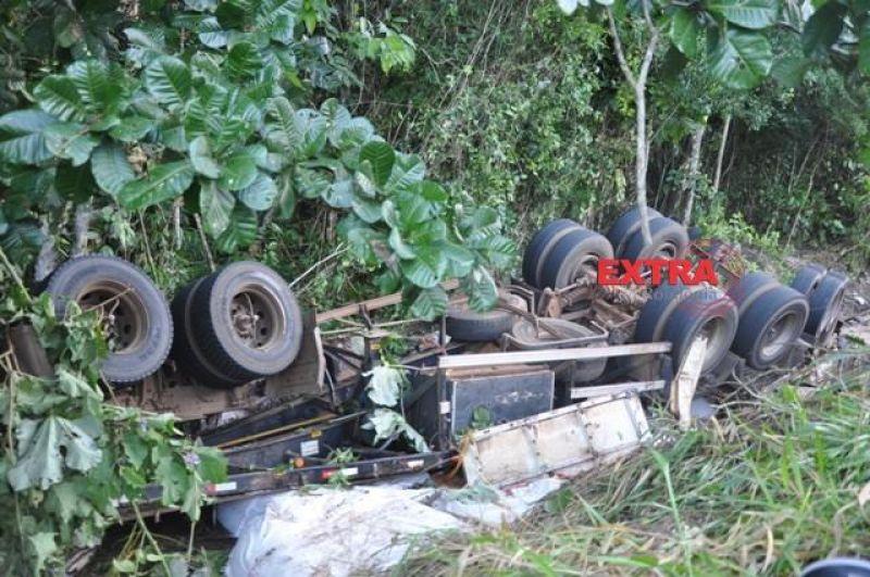 Motorista perde controle de direção e tomba carreta na BR-435 em Colorado, RO