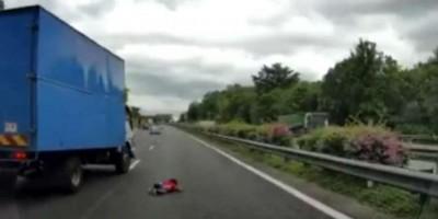 Bebê 'voa' pela janela durante acidente de carro; veja o vídeo