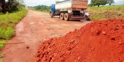 Cansados de esperar o DER, agricultores fazem mutirão para tapar buracos em rodovia...