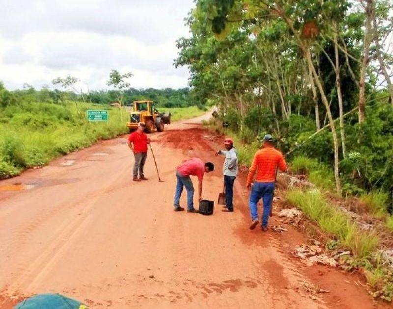 Cansados de esperar o DER, agricultores fazem mutirão para tapar buracos em rodovia entre Parecis e São Felipe