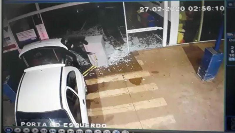 Bandidos usam carro para roubar cofre de supermercado no Mato Grosso do Sul