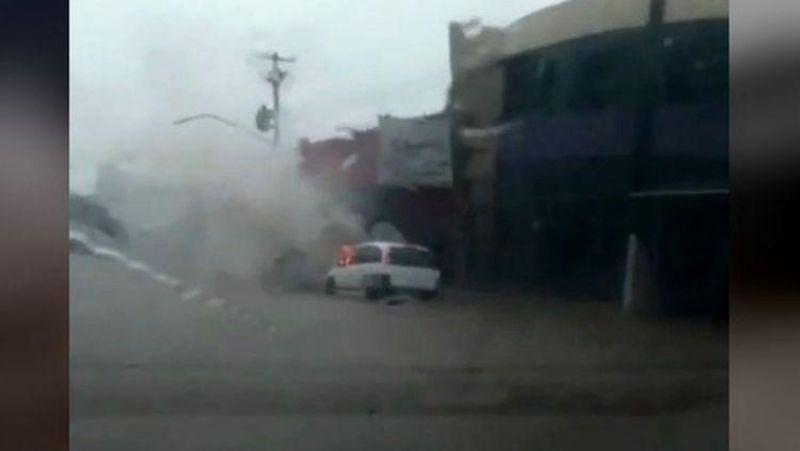 Carro pega fogo durante temporal em Porto Velho