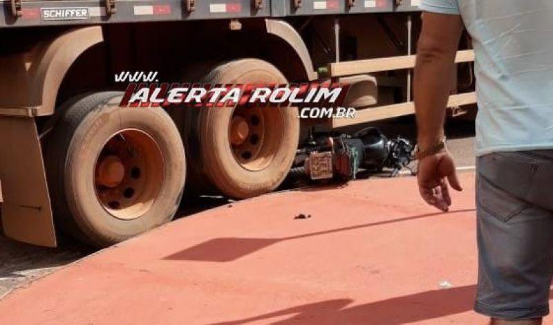 Moto acaba ficando debaixo de carreta após colisão em Rolim de Moura