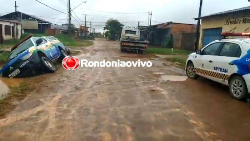 Polícia Militar vai atender ocorrência de homicídio e viatura cai em buraco