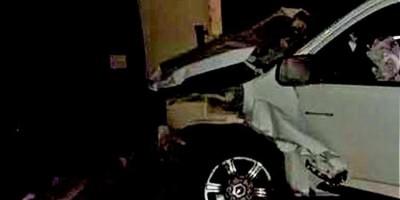 PM prende assaltantes após perseguição e colisão de carro em muro de residência