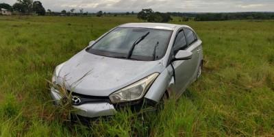 Mulher perde controle da direção e carro vai parar dentro de pasto próximo ao...