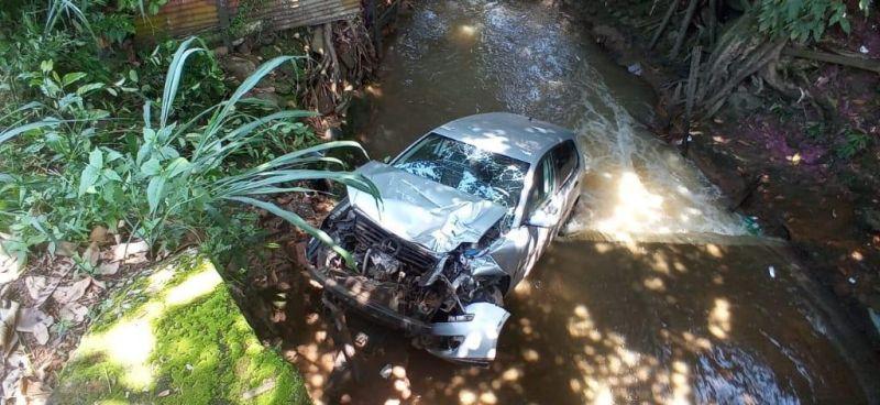 Caminhão desgovernado, atinge e joga carro dentro de córrego em Porto Velho; veja o vídeo