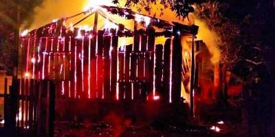 Casa abandonada é destruída pelo fogo durante a madrugada em Rolim de Moura; Veja o...