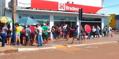 População forma filas em frente aos bancos em Rolim de Moura para receber salário