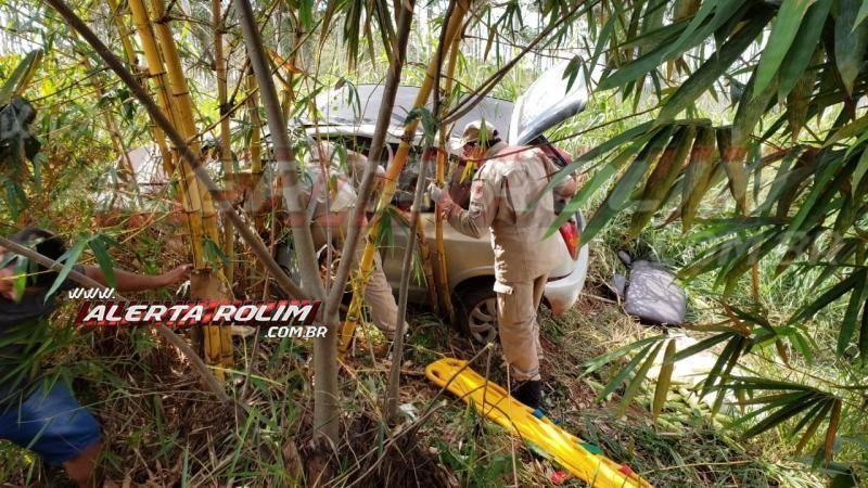 Motorista é socorrido pelos bombeiros após bater em buraco e sair da pista na RO-010 em Rolim de Moura