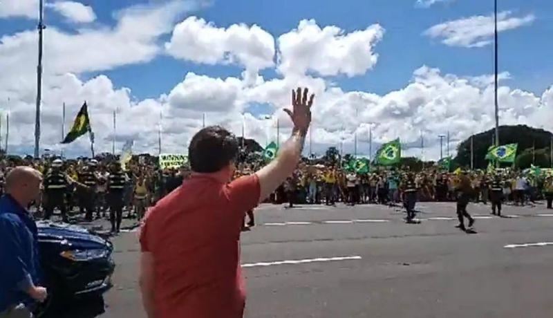 Bolsonaro discursa em Brasília para manifestantes que pediam intervenção militar