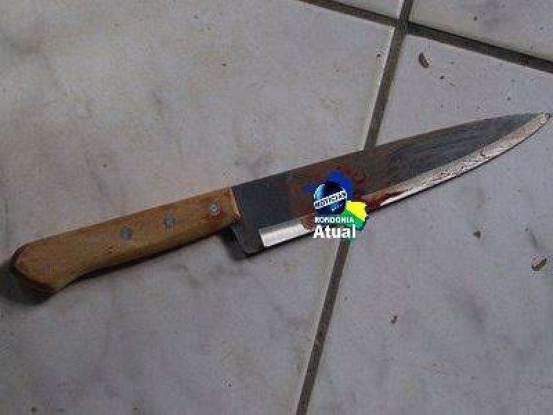 Jovem briga com a namorada e enfia a faca na própria barriga em Ji-Paraná