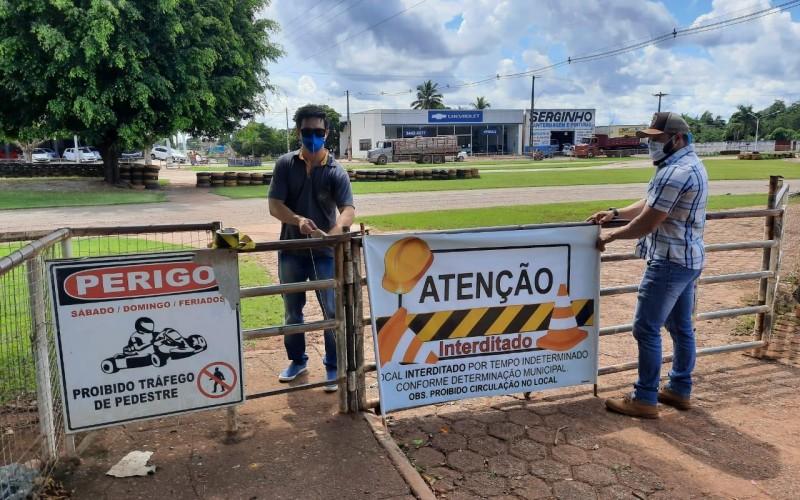 Fiscais da prefeitura de Rolim de Moura interditam pistas de caminhada por causa do Coronavírus