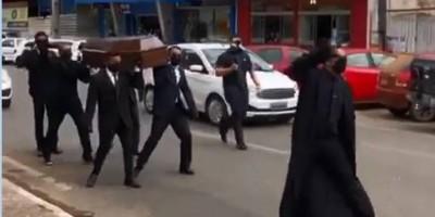 Empresários usam 'dança do caixão' para conscientizar sobre à Covid-19 em Ji-Paraná;...
