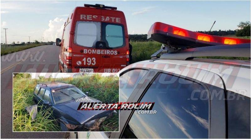 Motorista é socorrido pelos bombeiros após perder o controle do veículo e sair fora da pista em Rolim de Moura
