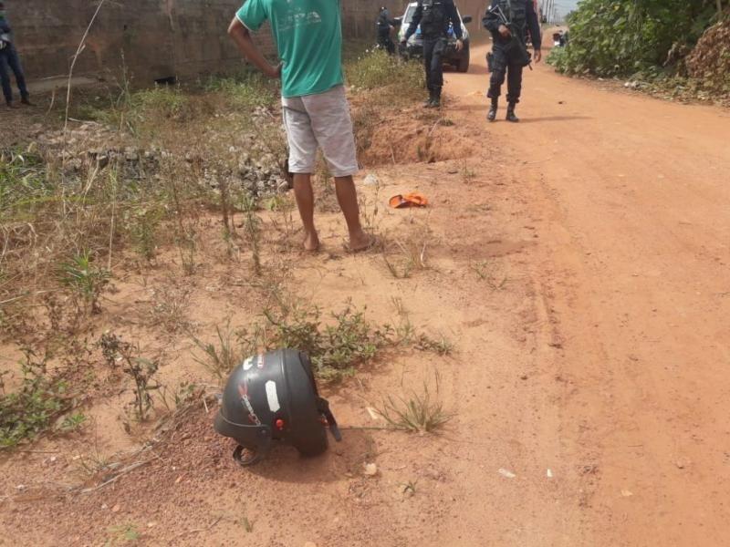 Motociclista perde o controle da moto e cai em bueiro em Rolim de Moura