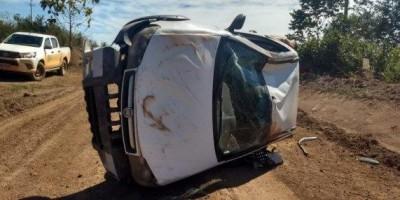 Veículo do DER capota em estrada vicinal após problemas mecânicos
