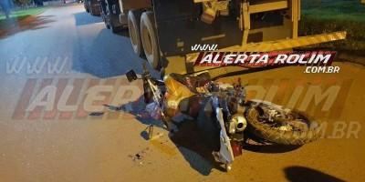 Motociclista é socorrido após bater na traseira de caminhão na Avenida 25 de Agosto,...