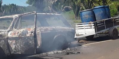 Carro pega fogo enquanto condutor trafegava na RO-140 em Cacaulândia