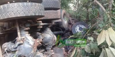 Caminhão tomba na RO-481 em Nova Brasilândia e uma pessoa morre