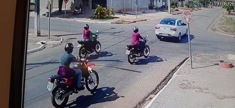 Suspeito ataca motociclista e rouba celular com veículo em movimento; veja o vídeo