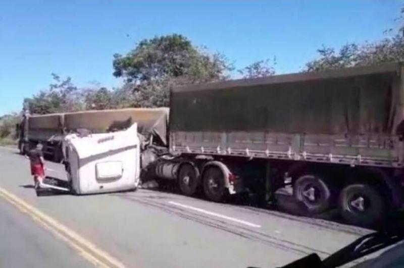 Acidente envolvendo três carretas na BR-364 deixa feridos; veja o vídeo