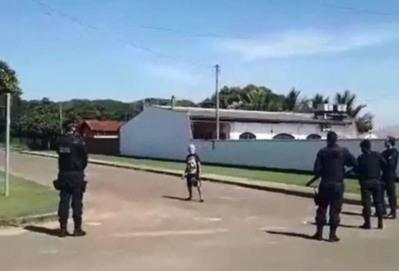 Vídeo mostra momento em que policial dispara contra homem de 65 anos, surtado e armado com faca em Cerejeiras